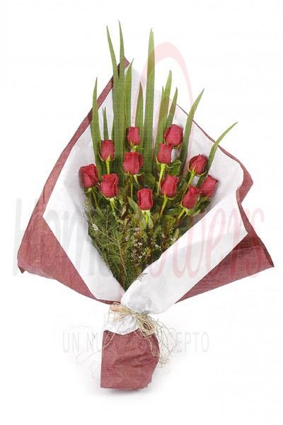 Home Flowers (Regalos Y Objetos De Diseño):        Ramo De 12 Rosas Rojas
