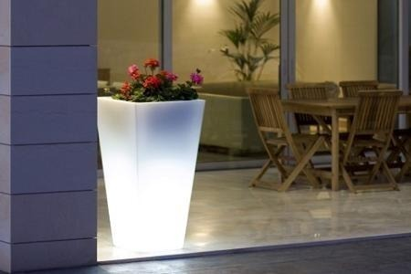 Stylo Llodra (Iluminación):        Macetero Gigante Luminoso